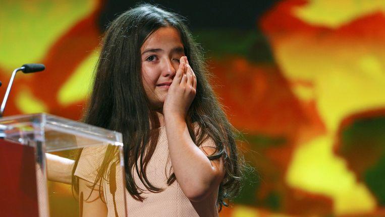 Hana Saeidi, het nichtje van regisseur Jafar Panahi, huilt wanneer ze de Gouden Beer in ontvangst neemt.