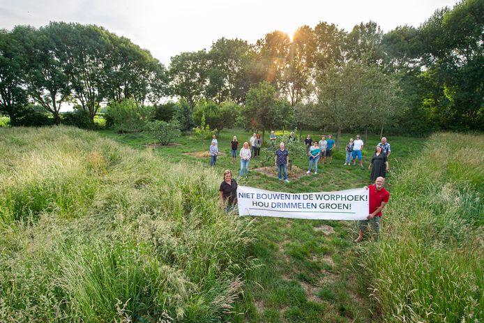 """Actiegroep Drimmelen wil geen woningbouw op de plek van natuurpark De Worphoek. ,,We hebben een fruitgaard aangelegd, bankjes geplaatst en we zorgen ervoor dat er gemaaid wordt."""""""
