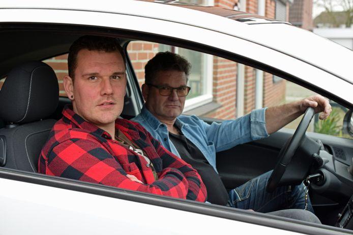 Michèl Obrie (l) is verlost van epilepsie en kan weer autorijden. Hij mag het alleen nog niet. Vader Ronnie schiet regelmatig te hulp.