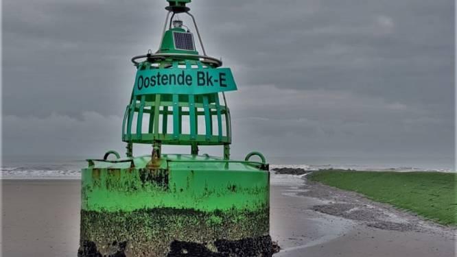 Door stormweer losgeslagen boei strandt in Raversijde