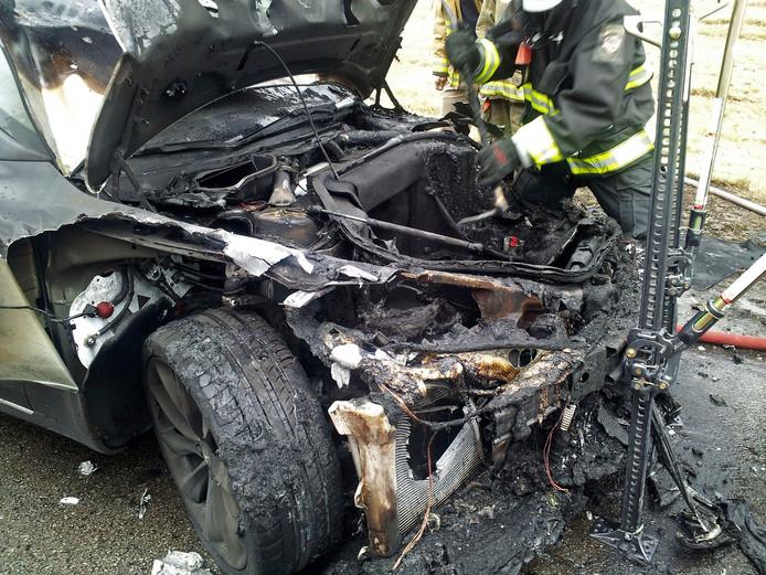 Een uitgebrande Tesla Model S in de Amerikaanse staat Tennessee in 2013. Toen al gelastte de Amerikaanse verkeersautoriteit (National Highway Traffic Administration) een onderzoek naar het brandgevaar van de batterijen in Tesla's.