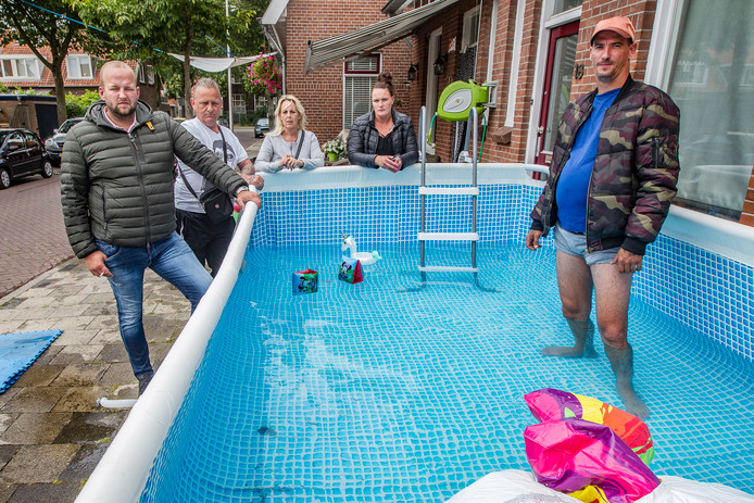 Foto archief. Buurtbewoners waren het vorig jaar zeker niet eens met het besluit dat een zwembad aan de Landstraat moest verdwijnen. Het leidde tot een soap.
