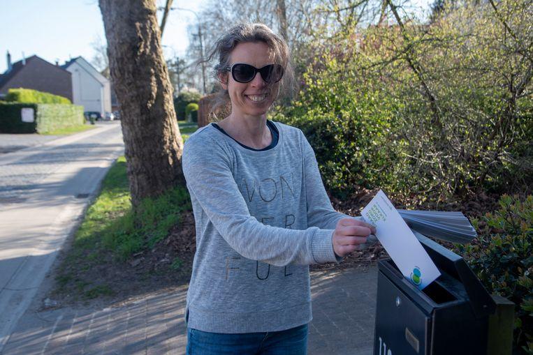 Vrijwilligers posten burenkaartjes.