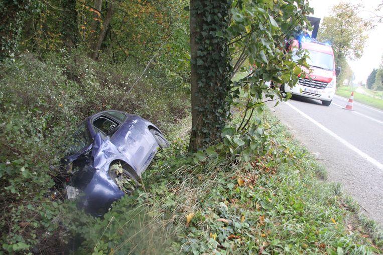 De auto belandde op zijn zijkant in de gracht.