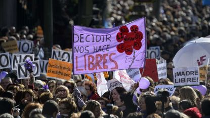 Wanneer strenge anti-abortuswet geldt: verkrachte vrouw beschuldigd van poging tot doodslag nadat ze bevalt van gezonde dochter