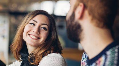 Verleidelijk: deze 3 flirterige gezichtsuitdrukkingen maken je date duidelijk dat je interesse hebt