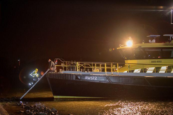 Zennewijnen 14/12/2019 Binnenvaartschip Eternity vastgelopen op rivier De Waal verzekeringsman stapt aan boord van Rijkswaterstaat iov Gelderlander foto Raphael Drent
