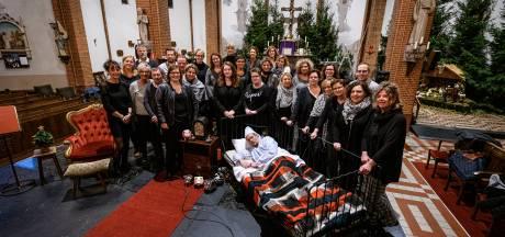 Koor Cantabilé uit Harbrinkhoek kruipt in huid van Ebenezer Scrooge voor kerstuitvoering