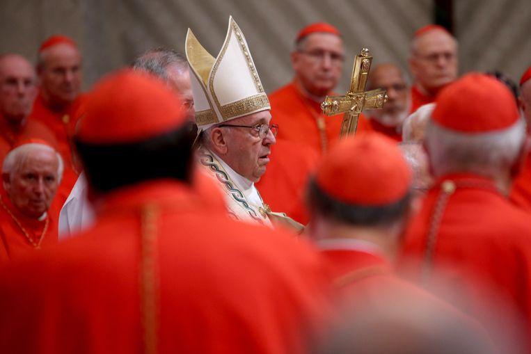 Paus Franciscus donderdag in de Sint-Pieter in Rome bij de 'creatie' van de veertien nieuwe kardinalen. Beeld Getty
