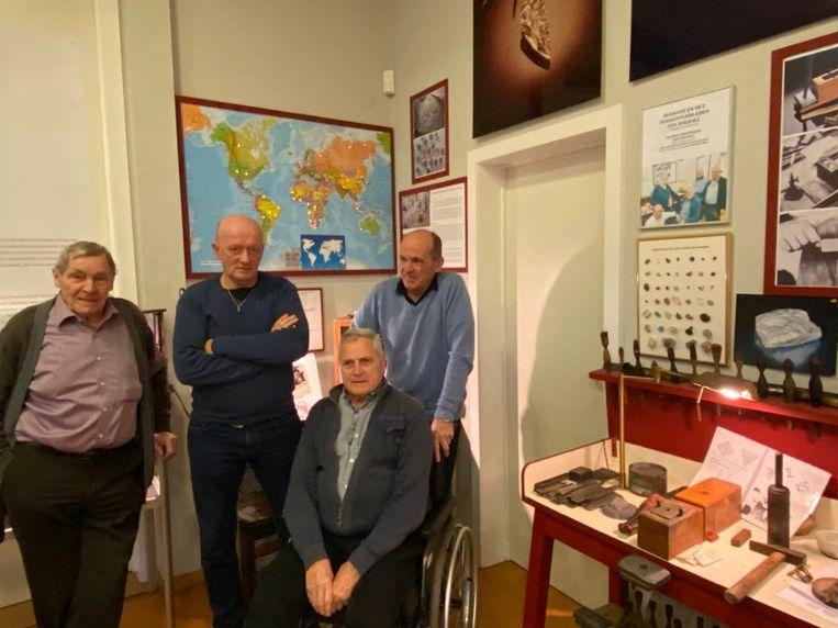 Staand v.l.n.r.: coördinator Walter Van den Eynde, kliever Manu Jacobs, slijper Jef Van de Vel (midden); zittend: diamantzager Aloïs Sluyts.