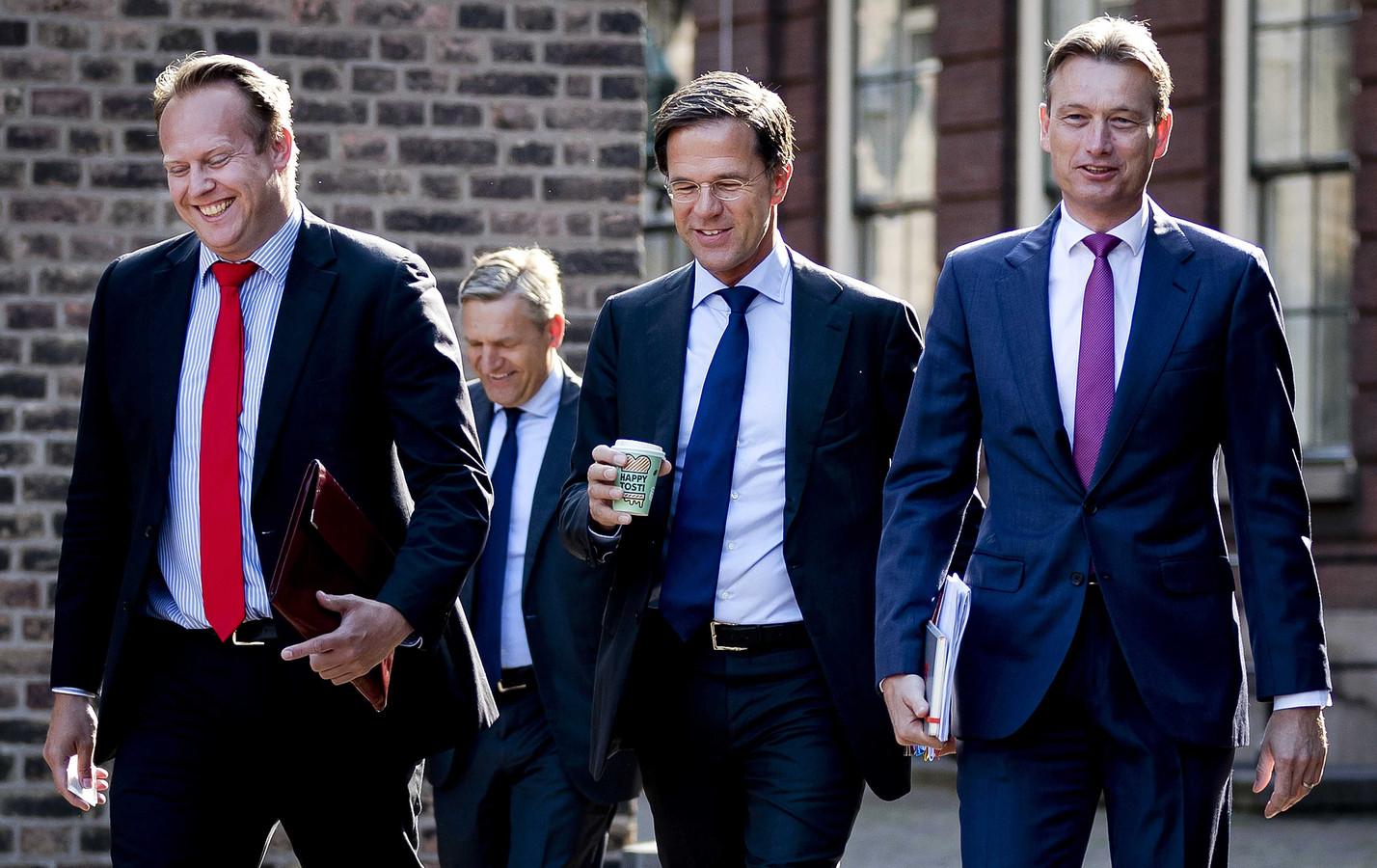 Pieter Heerma (CDA), Sybrand van Haersma Buma (CDA), Mark Rutte (VVD) en Halbe Zijlstra (VVD) komen aan op het Binnenhof voor de voorzetting van de formatiegesprekken. ANP REMKO DE WAAL