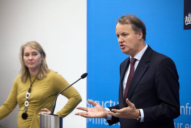 Minister Melanie Schultz van Haegen en NS topman Bert Meerstadt in november 2011. Beeld anp