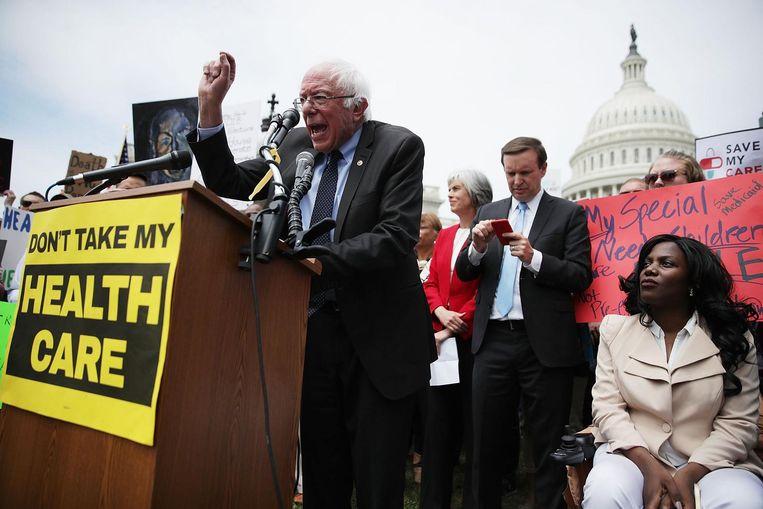 Oud-presidentskandidaat Bernie Sanders van de Democraten spreekt de demonstranten toe voor het Capitool. Beeld null
