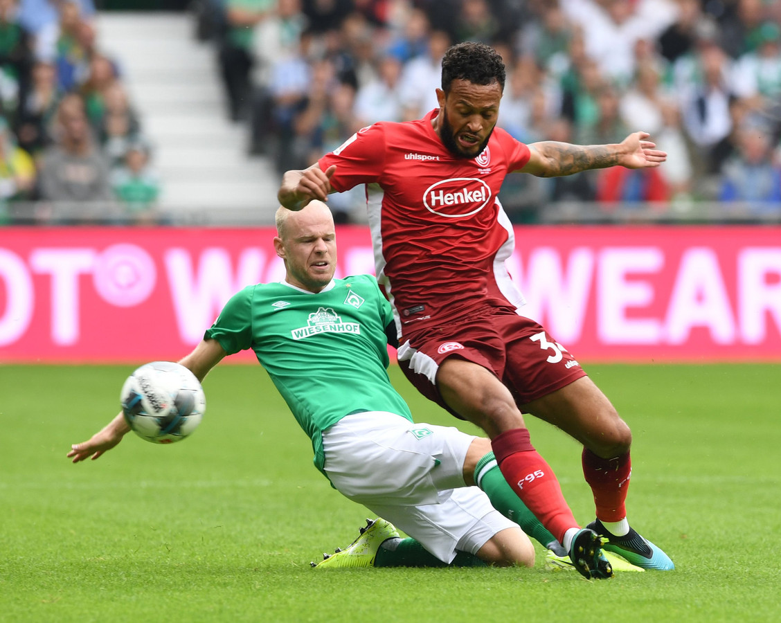 Davy Klaassen in duel met voormalig Vitesse-huurling Lewis Baker.
