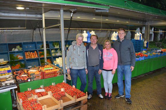 Freddy Tilleman (midden) met vriendin Vicky De Rouck, schoondochter Vicky Van de Voorde en zoon Davy Tilleman