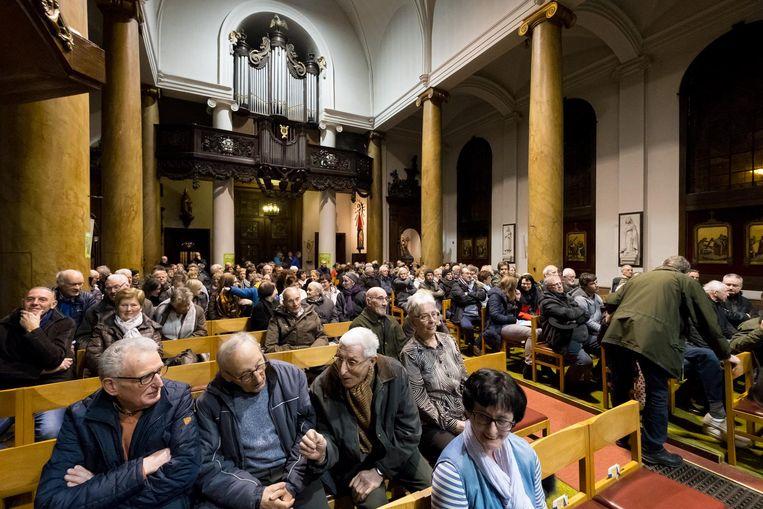De kerk zit afgeladen vol tijdens de infoavond in maart over de herbestemming van het gebouw.
