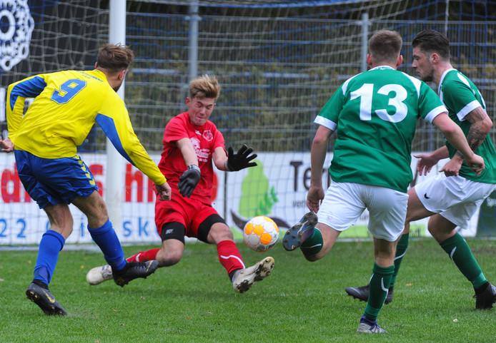 Maarten Hazelaar maakt er 5-1 van voor Oostkapelle in de derby tegen De Meeuwen.