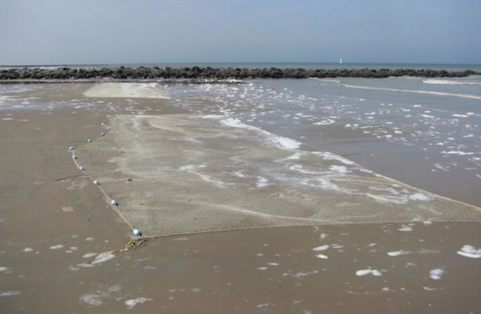 Strandvisserij, of het vissen met platte netten op het strand.
