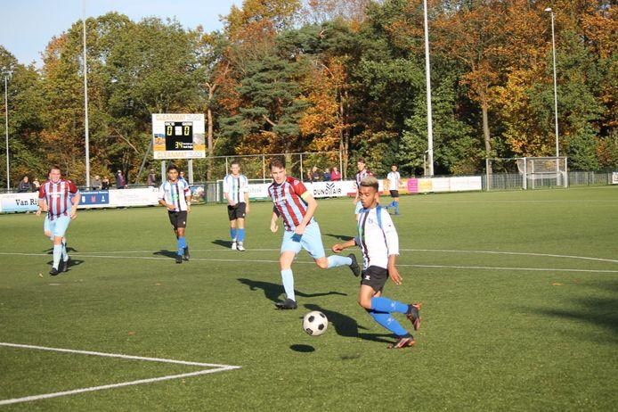 ESA-speler Clinton Sirvinia (rechts), volledig hersteld van de klap vorige week tegen FC Zutphen, scoorde twee keer tegen De Treffers.