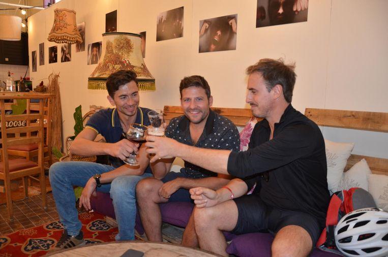 Hendrik Buyle, Bart Audenaert en Jan De Meuleneir genieten van een drankje in de hippe cocktailbar van Ecomoose.