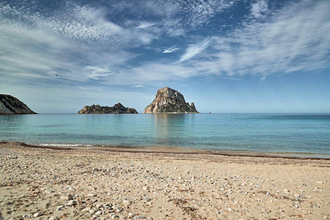 Een van de stranden op Ibiza, momenteel een van de populairste vliegbestemmingen voor juli.