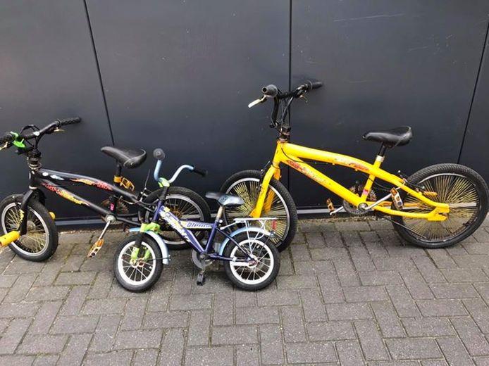 Enkele van de vermoedelijk gestolen fietsen die de politie dinsdag aantrof in Almelo. Een 57-jarige man is opgepakt.