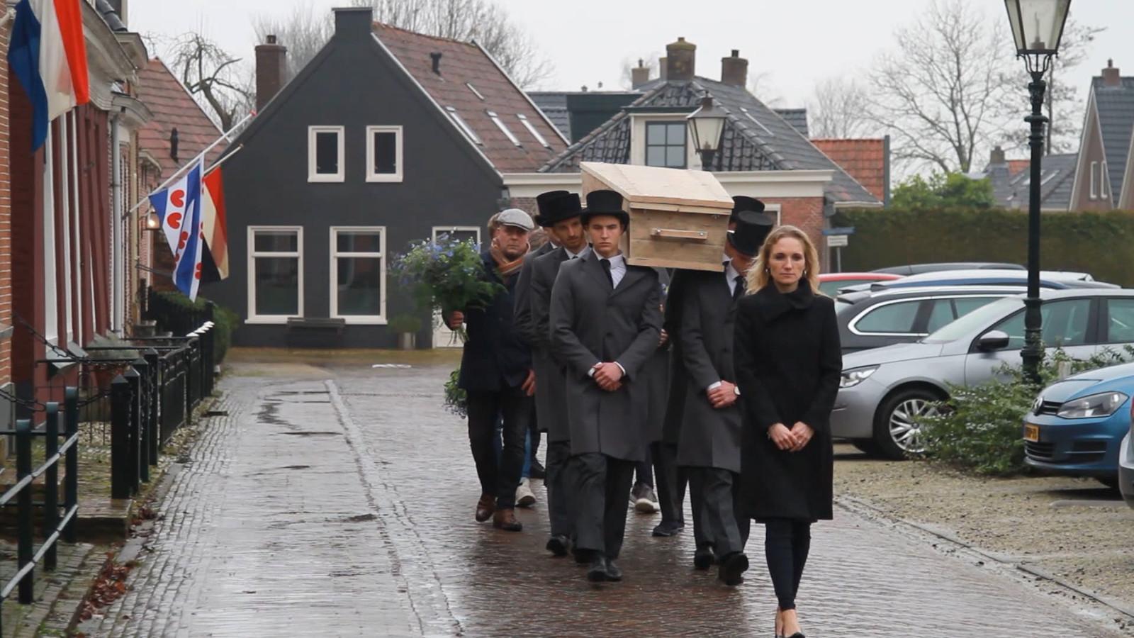 De onlangs overleden Aart Staartjes (81), beter bekend als meneer Aart, is vanmiddag in zijn woonplaats in besloten kring begraven. De dienst vond plaats in de kerk tegenover zijn huis.