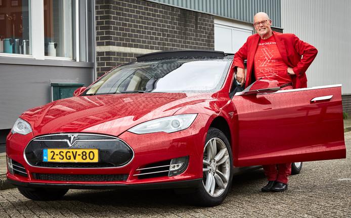Vincent Everts bij zijn Tesla.
