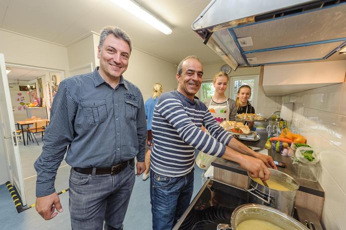 Ook azc Azelo is 24 september geopend voor geïnteresseerden. Op de foto Ahmed Kalaji (links) met collega Ahmed aan het werk in de in juli verbouwde bewonerskeuken in de villa van het azc.