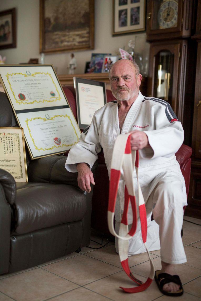 Valère Steegmans, omringd door enkele diploma's en prijzen.