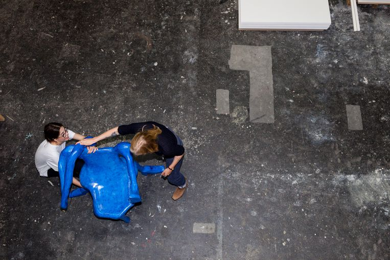 Anna Aagaard Jensen met haar ontwerp Basic Instinct, die vrouwen de mogelijkheid biedt om met de benen uit elkaar te zitten: 'Het is een lichaamspositie die kracht en zelfverzekerdheid uitstraalt en daarmee ook oproept.' Beeld Renate Beense