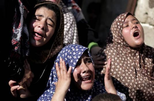 Familieleden huilen als ze het nieuws horen.