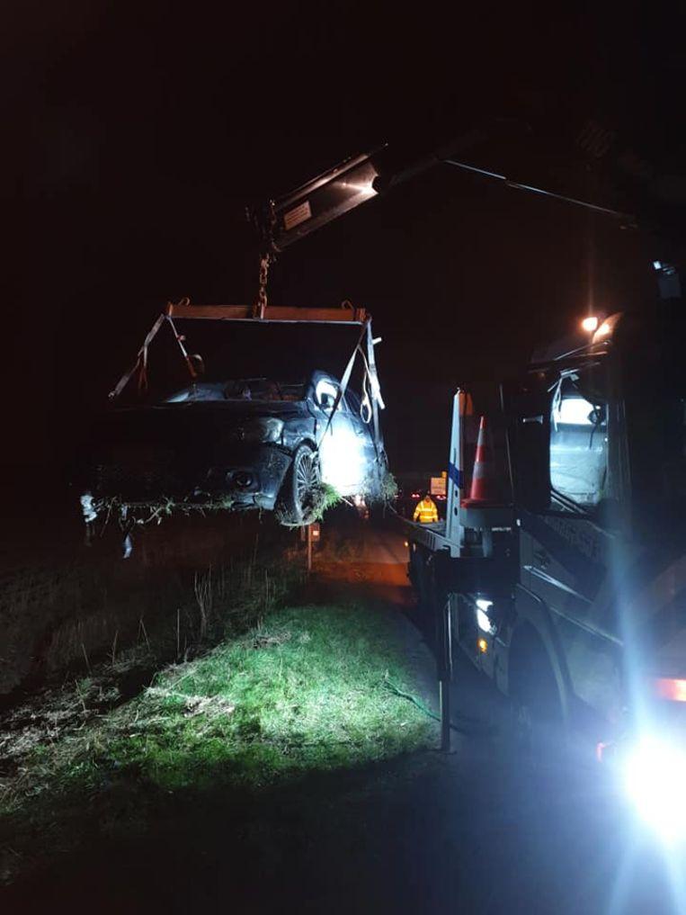 SOS Depannage uit Oostende haalt het voertuig weg uit de gracht.