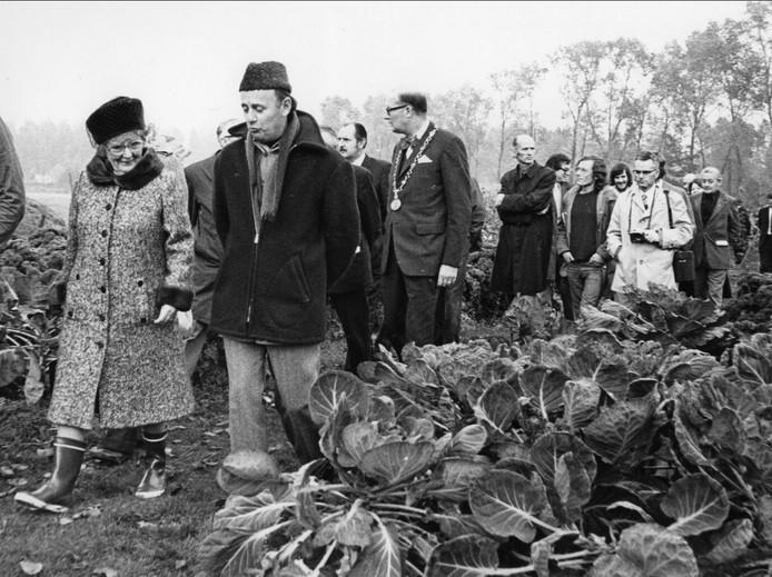 1974: een jaar na de opening kreeg het project De Kleine Aarde hoog bezoek. Met laarzen aan banjerde koningin Juliana door de modder van het laantje op het terrein naar het Bolhuis (Kringloophuis).