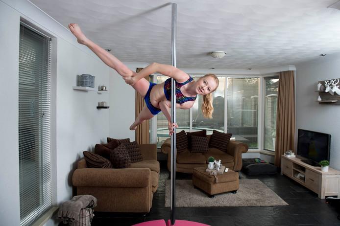 Zoë Timmermans oefent regelmatig in de huiskamer.