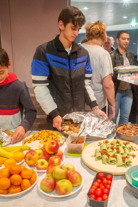 Smullen van iftarmaaltijd in Oss