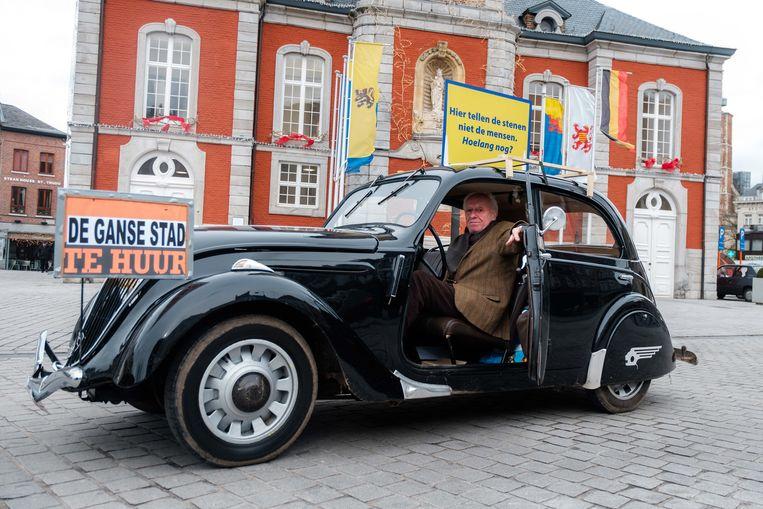 Bernard Derwa  in zijn wagen, waarmee hij door Sint-Truiden en omgeving rijdt om te protesteren tegen de plannen van het Truiens schepencollege.