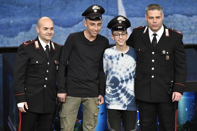 Ramy Shehata en Adam El Hamami poseren met twee carabinieri-agenten.