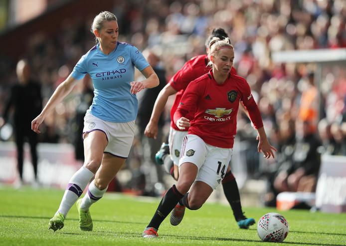 Jackie Groenen in duel met Gemma Bonner van Manchester City.
