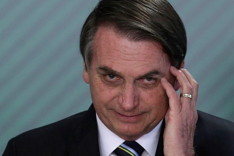 """President Jair Bolsonaro noemde de ziekte """"slechts een griepje"""", """"hysterie"""" en iets waar Brazilianen geen last van zouden hebben."""