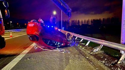 Bestuurster gaat met wagen overkop nadat ze moet uitwijken voor eerder ongeval