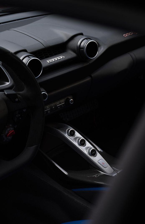 Het interieur van de Ferrari Omologata is nogal zwart