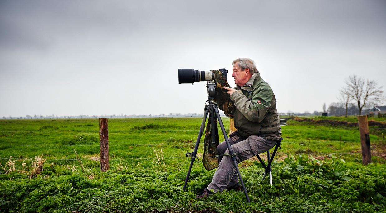 Vogelaar Adri de Groot maakt foto's voor zijn online vogeldagboeken.