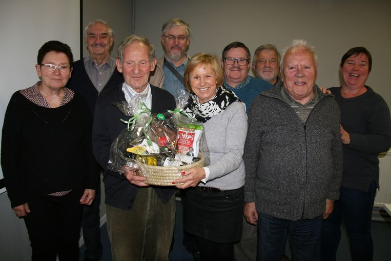 Leon Van Alsenoy neemt zijn geschenkmand in ontvangst