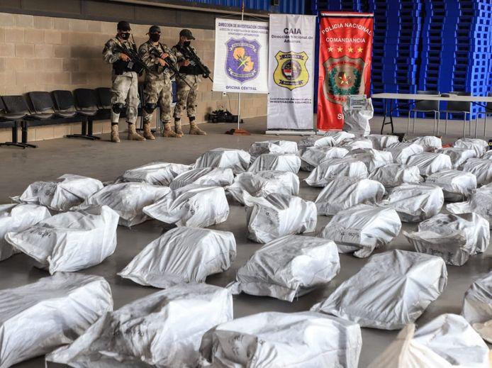 Politieagenten bewaken de gigantische hoeveelheden drugs.