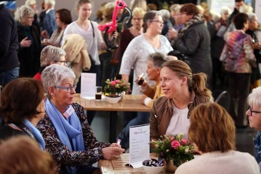 Carola Schouten (Minister van Landbouw, Natuur en Voedselkwaliteit, viceminister-president) in gesprek met Jannie Meeuwisse (L) van 'Vrouwen van Nu' op het evenement 'Lang Leve Lekker'.