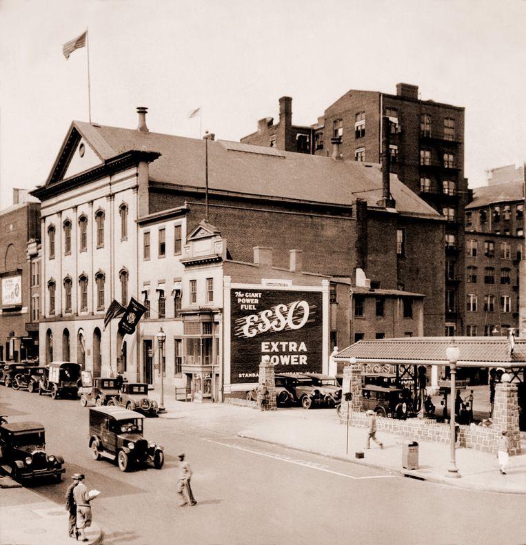 Tankstation van Esso (S.O., van Standard Oil) in 1927. Het bedrijf, nu Exxon geheten, is op de beurs flink minder waard geworden. Beeld Everett Collection, Inc. /HH