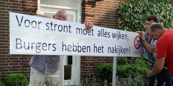 In Landhorst verschenen in 2017 protestborden tegen de mogelijke komst van een mestfabriek.