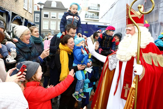 Sinterklaas geeft een high five tijdens zijn bezoek aan Gorinchem vorig jaar.