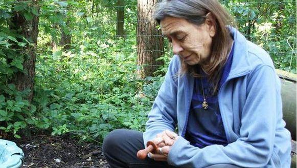 Baasje Anita op de plaats waar ze haar hond Chloé begraven heeft.